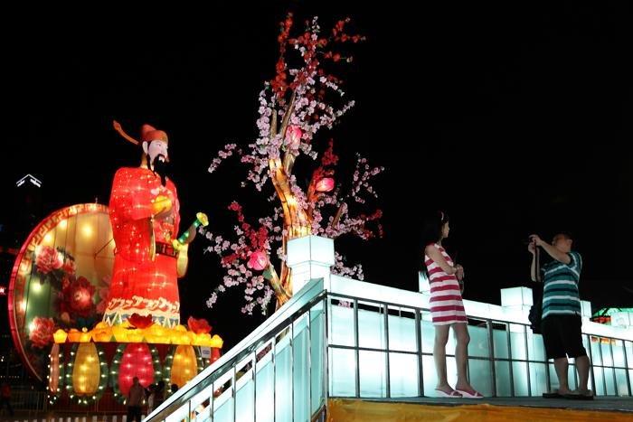 В Сингапуре в преддверии Китайского Нового года  улицы загорелись множеством огней и праздничных декораций.