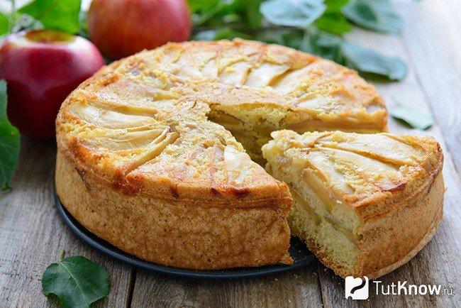 На дно формы выложим яблоки, разбросаем по ним маленькие кусочки масла или маргарина.