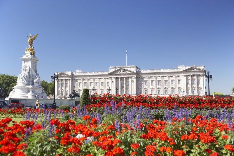 Букингемский дворец служит официальной лондонской резиденцией монархов Великобритании с 1837 года.