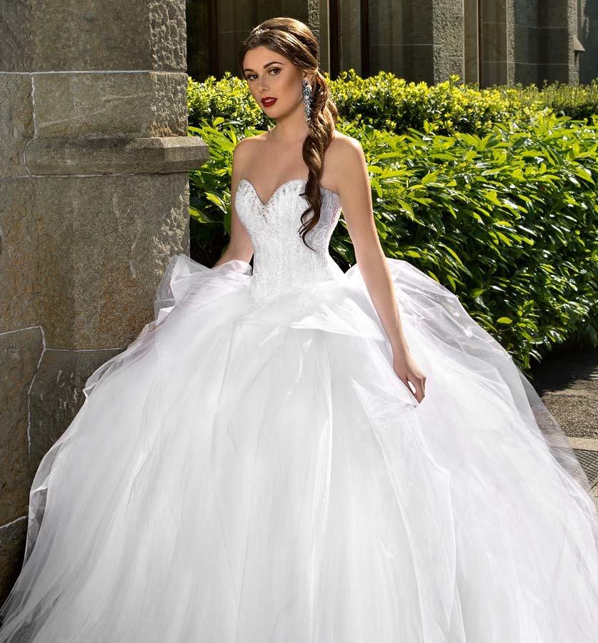 Пышное свадебное платье с корсетом.