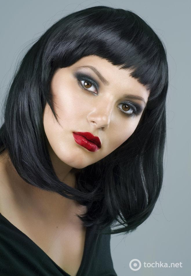 Сочетание светлого или смуглого оттенка кожи, ярких бордовых губ, стрелок, смоки-айз и объемных ресниц - это беспроигрышный вариант практически для любой представительницы прекрасного пола.