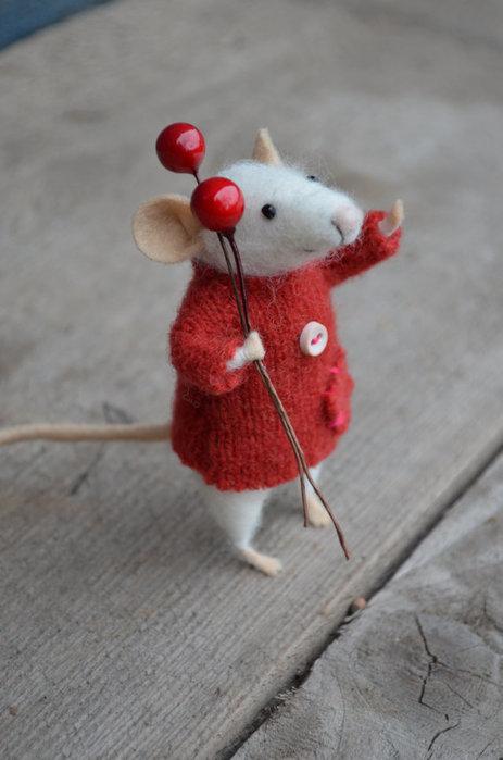 мышка с ягодками красными