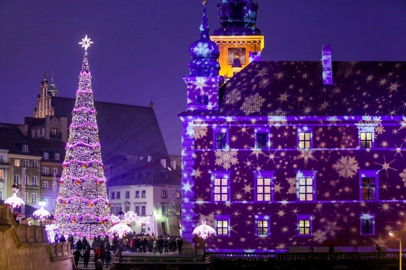Украшенный современным 3д-мапингом дом в Варшаве на Новый год.