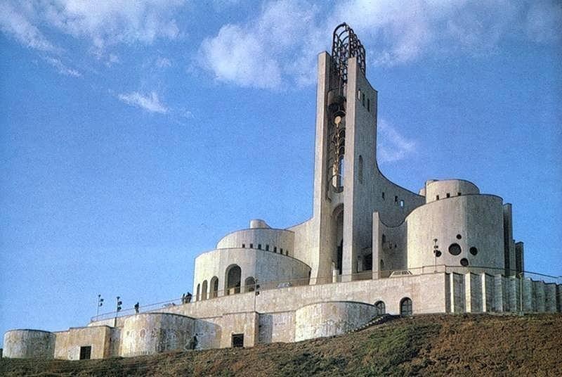 Дворец бракосочетаний, Тбилиси, Грузия  Это — шедевр советского модернизма, возведен в 1985 году и выглядит как реальный храм, но лишен элементов религиозного культа.
