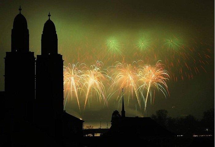 Фейерверки освещают небо Цюриха, Швейцария.