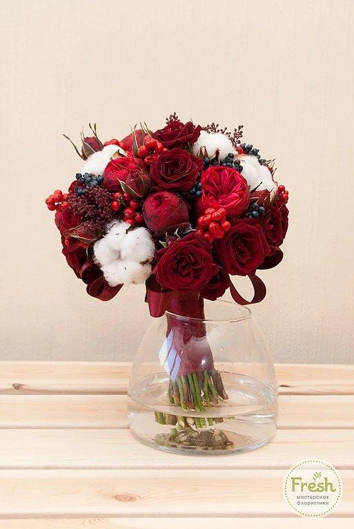 Свадебный букет с красными розами и хлопком, букетов