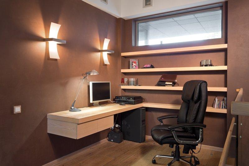 Домашний кабинет в современном стиле с настенным освещением и настольной лампой