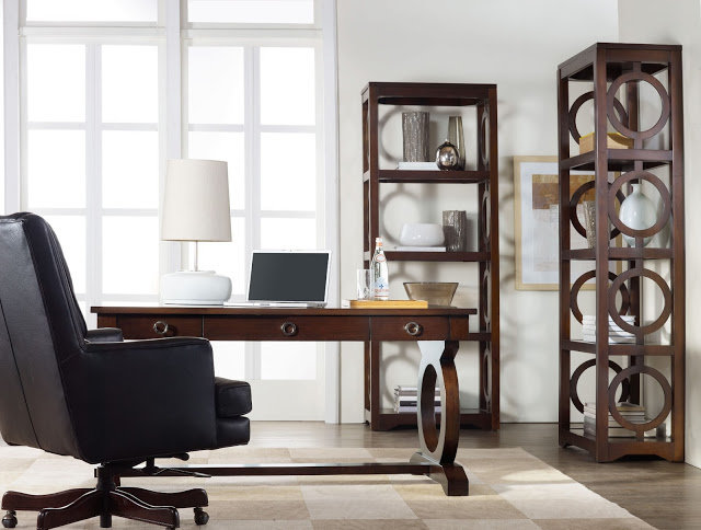 Домашний кабинет - В светлых тонах и коричневой мебелью