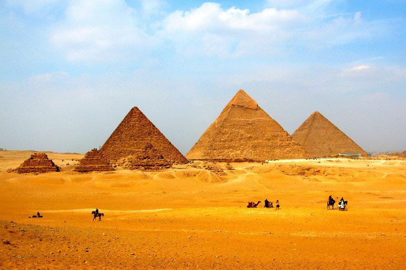 Великие пирамиды Гизы. Слева направо: пирамиды цариц, пирамида Микерина, пирамида Хефрена, пирамида Хеопса.