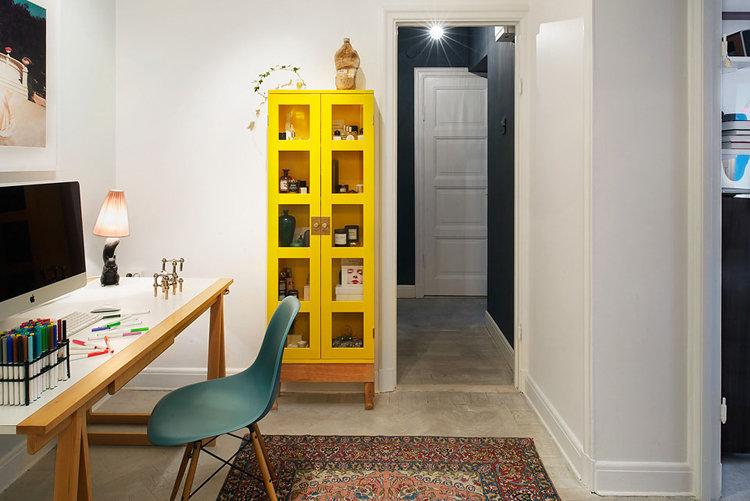 Небольшой домашний кабинет - В светлых тонах и жёлтым шкафом