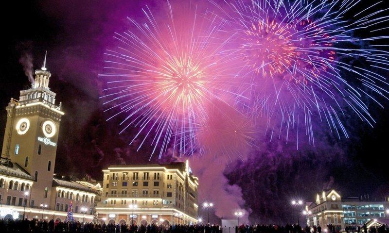 Фейерверк в Сочи и празднующие люди.