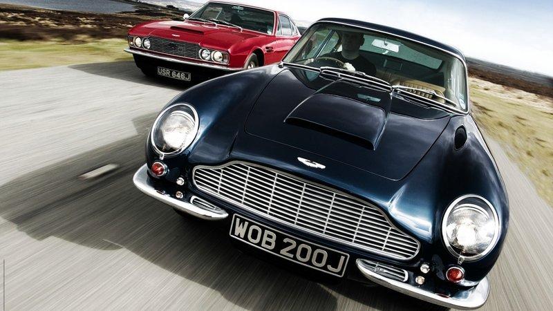 Автомобиль Aston Martin - Чёрного и красного цвета Vantage DBS и DB6, на скорости (вид спереди)