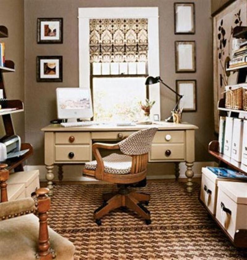 Дизайн интерьера маленького кабинета в квартире с деревянными офисными креслами оббитыми тканью