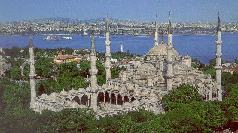 Голубая мечеть известна большим количеством керамических изразцов голубого цвета, которые применялись при строительстве. Купол мечети имеет высоту 43 метра и украшен изречениями, взятыми из Корана. Пол внутри устлан коврами, а свет проникает через огромное множество окон.