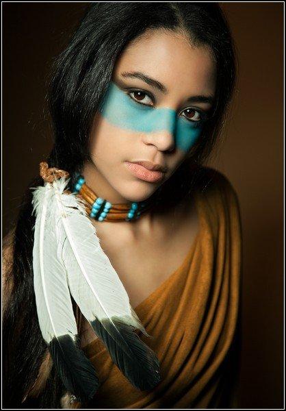 Давным-давно в бескрайних прериях Америки не было ни асфальтовых дорог, ни городов со стеклянными небоскребами, ни заправок и супермаркетов. Было только солнце и земля, трава и звери, небо и люди. И люди эти были индейцы. Давно растоптаны в прах их старые вигвамы, а самих аборигенов Америки осталась горстка; так почему же до сих пор они живут в культуре и искусстве? Попробуем решить загадку в этом обзоре.