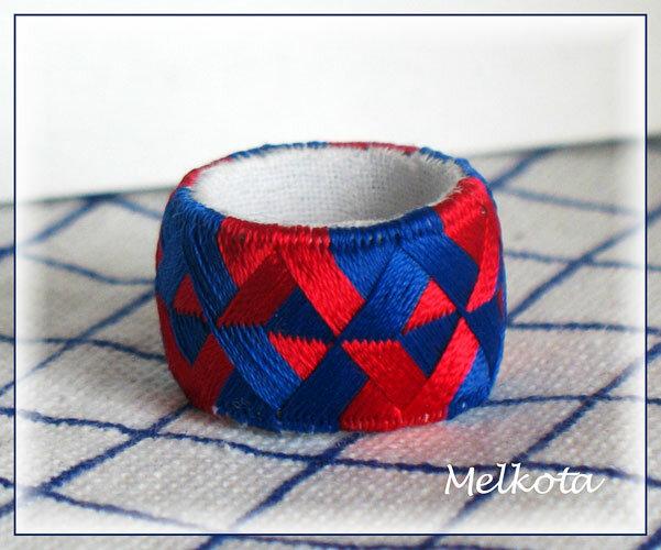 Наперсток из синих и красных нитей