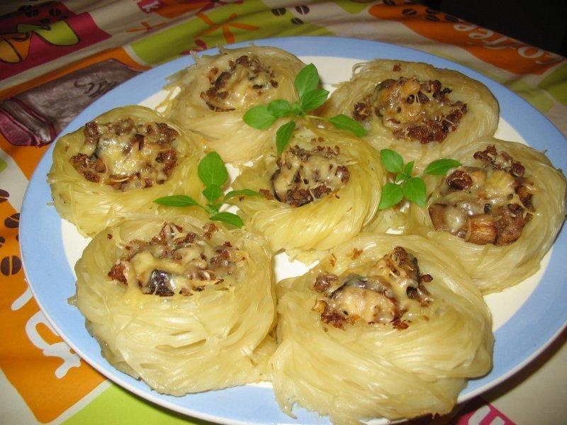 Блюдо гнезда из макарон с фаршем