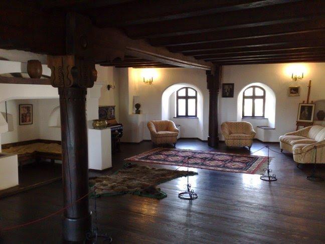 Средневековый замок Бран в Румынии - резиденция графа Дракулы в Трансильвании, фото. Характерная черта - огромное количество пересекаются лабиринтов, коридоров, просторных залов и небольших комнат.