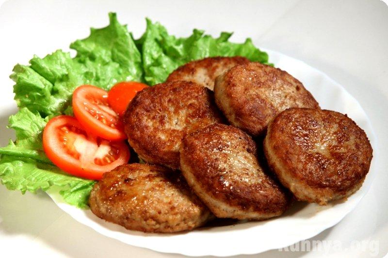Рецептура нежнейших куриных котлет с хлебом, которые готовятся из грудки.