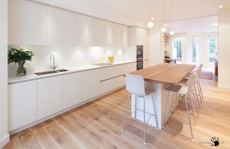 Чтоб развести тотальный белоснежный цвет кухонного гарнитура, можно использовать беспросветный камень для исполнения столешниц, создавая контрастные сочетания.