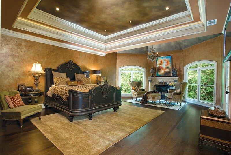 Массивная кровать из дерева для спальни