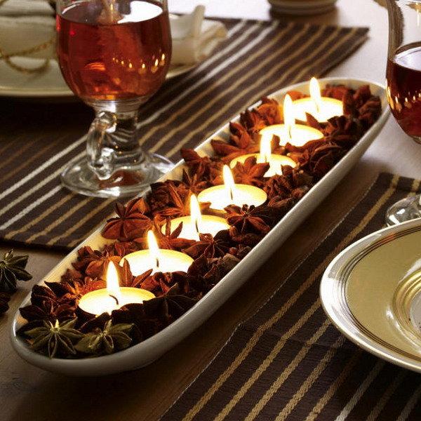 А здесь поговорим об отдельном направлении в мире свечей — тех, что по праву считаются самыми романтичными и «домашними». Есть мнение, что чайные свечи получили свое название благодаря английской привычке к чаепитию, именно они подогревали заварочный чайник, установленный на специальное устройство.