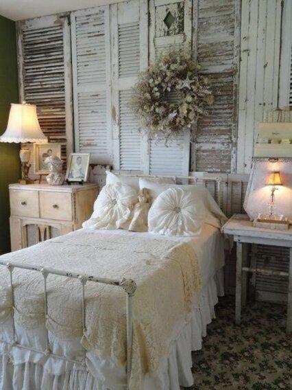 Кованая белая кровать в спальне