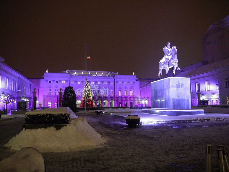 Праздничное освещение в Варшаве и ель в цветах флага.