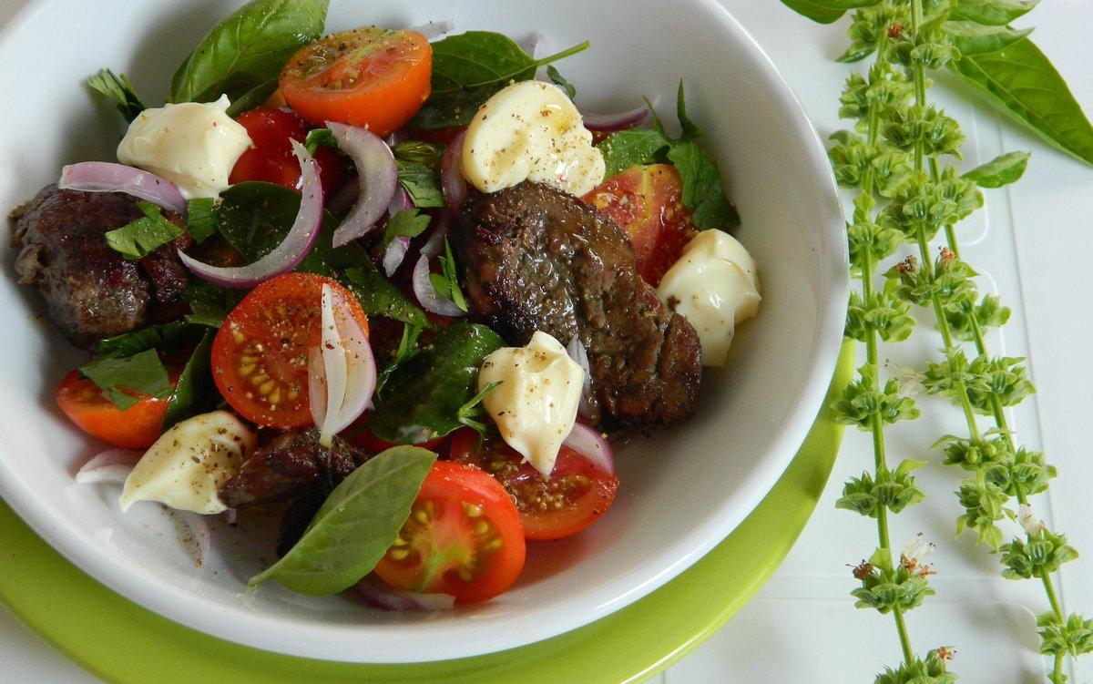 Также салаты можно заправлять различными соусами.