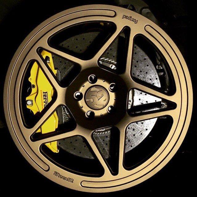 Диски fifteen52 с тормозными компонентами Ferrari