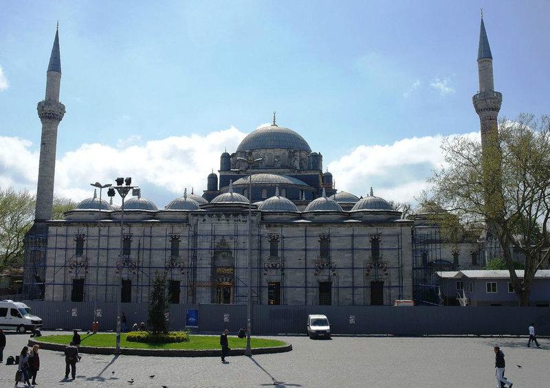 Султанская мечеть Баязида (Баезида) является старейшей в Стамбуле. Она расположена в Бурсе. Ее построили в начале 1500-х годов по указанию султана Баязида второго, который был наследником завоевателя города Константинополь. Здание впечатляет своими размерами и красотой, оригинальной архитектурой.