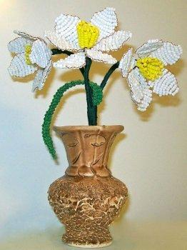 Красивые нарциссы из бисера легко сделать самостоятельно. Сплести достаточно сложный по форме цветок вы можете, следуя приведенным далее пошаговым инструкциям.
