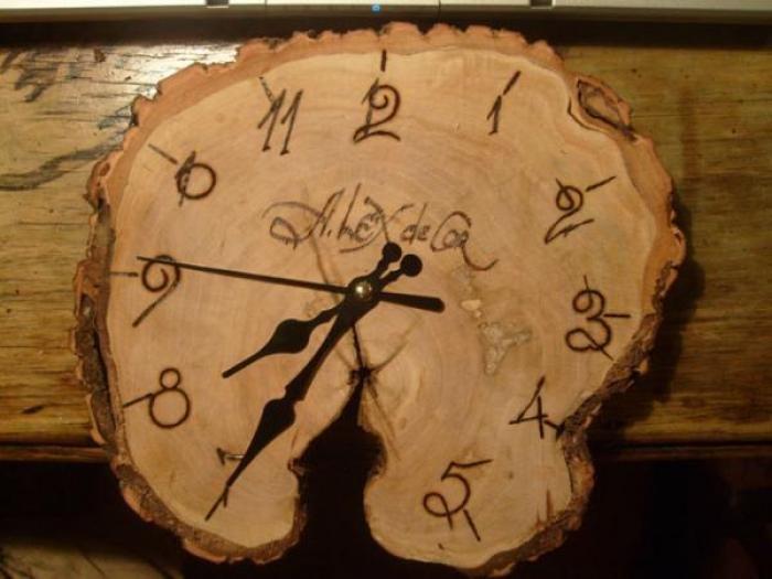 Спиленные деревянные круги могут быть как с корой, так и без коры, и являются популярной основой для создания различных предметов, в том числе и часов.