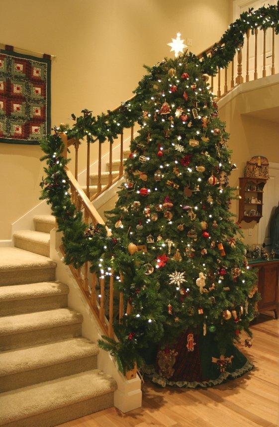 При декорировании лестницы нельзя забыть про освещение. Это важный аспект украшения интерьера.