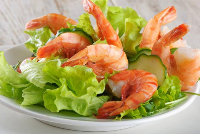 Красивая подача микс салата с креветками с фото