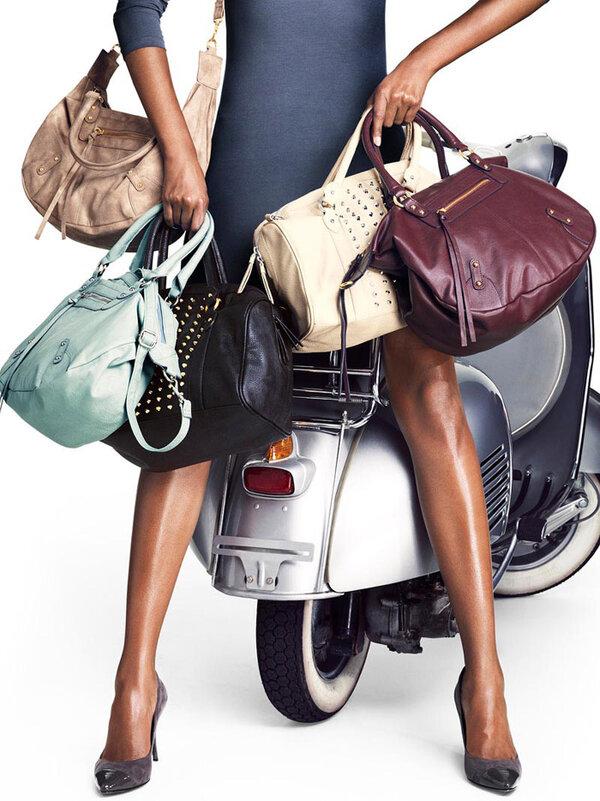 Картинка девушки с сумками