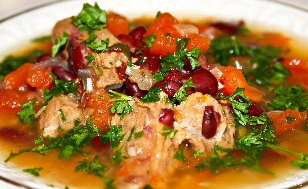 Из красной фасоли получаются сытные блюда, во многом благодаря наличию в ее составе большого количества белка и углеводов.