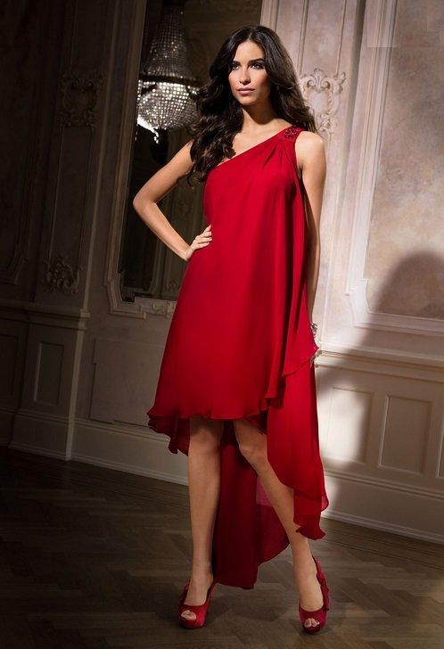 В коротком широком платье