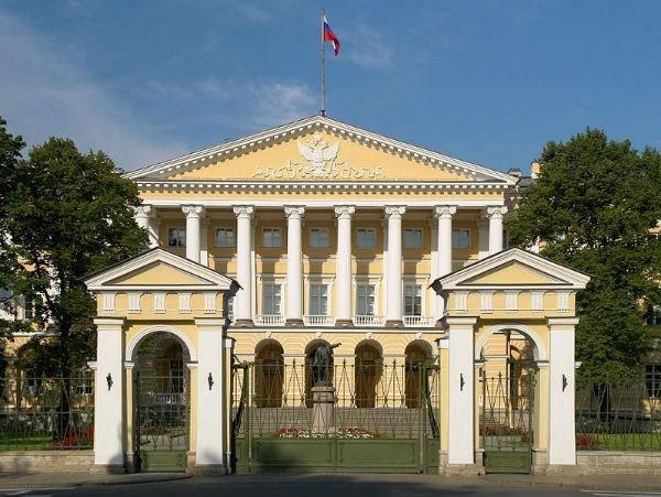 Первые петербуржские постройки в стиле классицизм были спроектированы приглашенными Екатериной II иностранными мастерами. Особый вклад внесли Джакомо Кваренги и Жан Батист Валлен-Деламот.