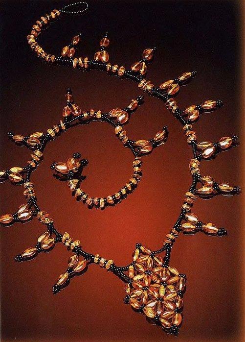 Для этих украшений вам понадобится: - черный бисер - оранжевые прозрачные бусинки или крупный бисер - оранжевые продолговатые бусины - леска Колье Плетение начинаем с центрального ромба.