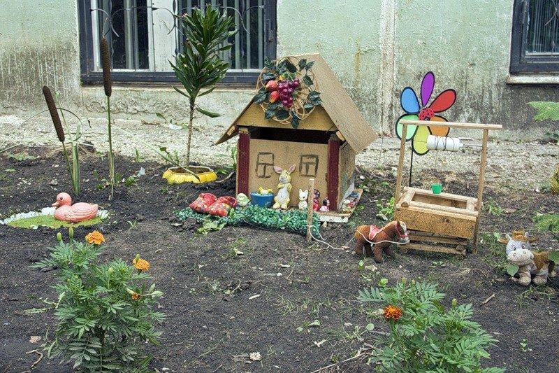 Цветник во дворе частного дома. Фото