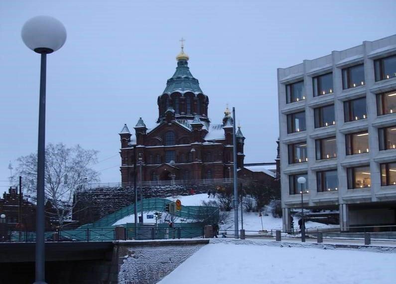 Хельсинки запомнился огнями, расставленными повсюду: маленькие свечки на столах в кафе и ресторанах, огромные свечи в ведрах у входов в магазины и те же рестораны