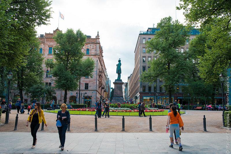 Эспланада – это парк-променад, со скамейками вдоль пешеходной аллеи и памятником народному поэту Финляндии Рунебергу по центру аллеи. Голова поэта – излюбленное место голубей, когда бы мы ни проходили мимо, всегда вакантное место было занято одним из пернатых