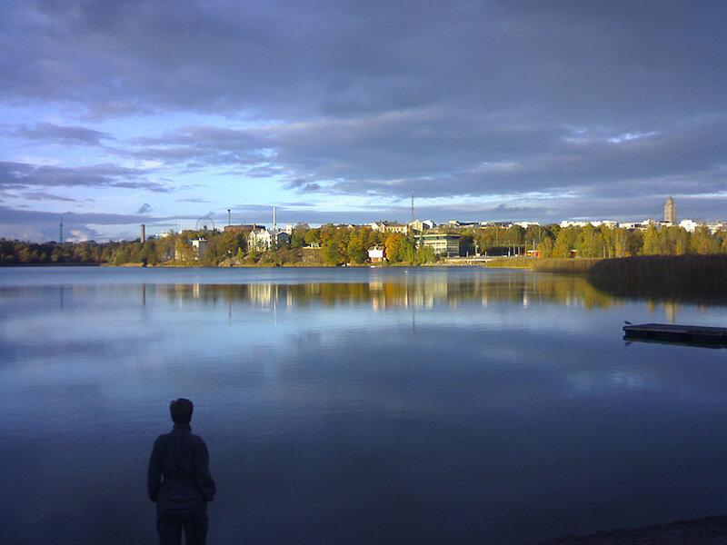 Залив Тёёлёнлахти – популярное место для прогулок. Кто-то приходит сюда для того, чтобы уединиться и отдохнуть от шумной и быстрой жизни столицы, кто-то устраивает романтические прогулки. В любом случае, это тихое и спокойное место остается одним из самых посещаемых в городе. Залив считается одним из живописнейших мест для отдыха в Хельсинки
