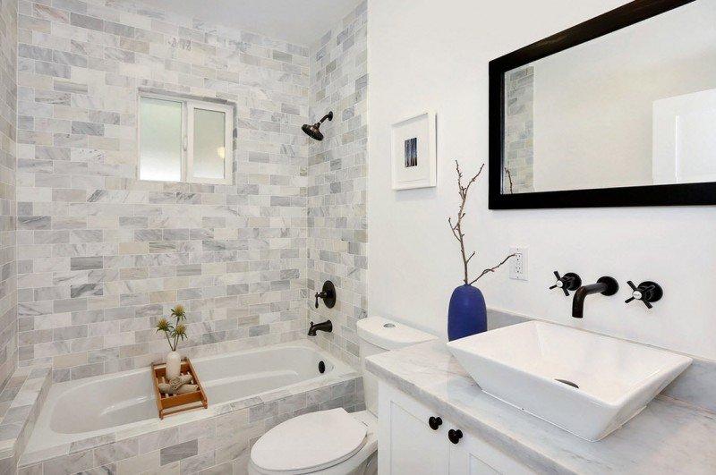 Светлая плитка для маленькой ванной комнаты