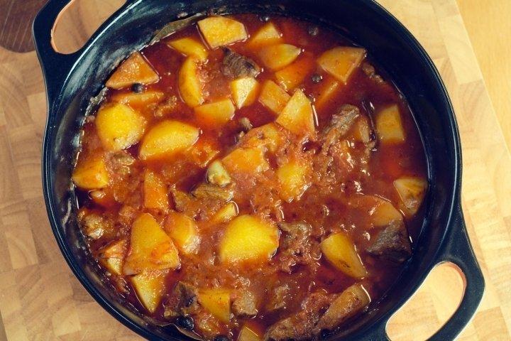 Как вкусно потушить говядину с картошкой