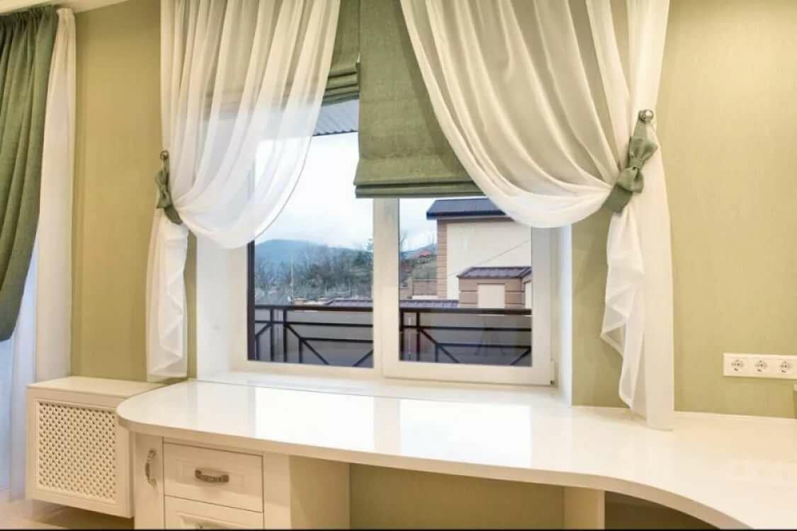 короткие шторы в гостиную до подоконника фото она может