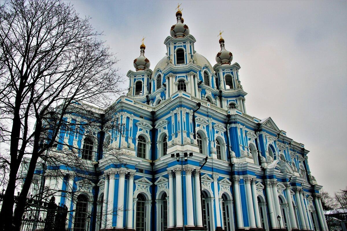 смольный собор в лесах фото самое большое мире