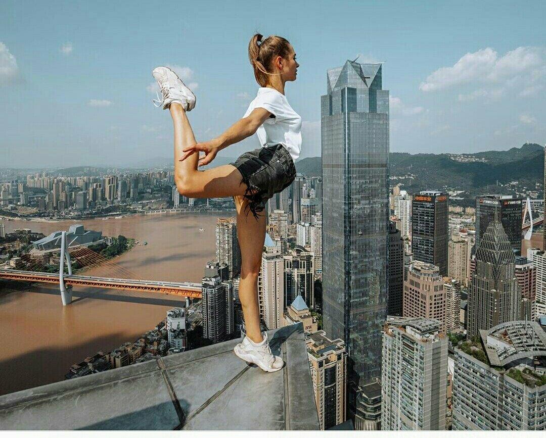 Картинки девушек на небоскребах