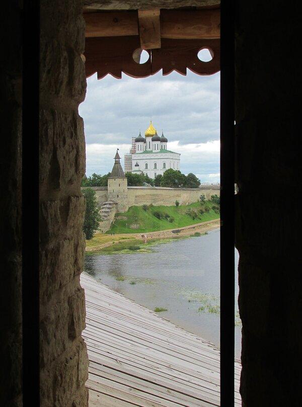 Вид из башни на Псковский Кремль